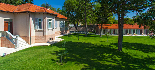 Holiday villa with swimming pool in hinterland of Split