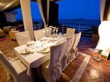 Groundfloor terrace dining al fresco