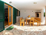 Outside dining and BBQ in Dalmatian holiday villa with pool for rent in Sumartin on Brač Island